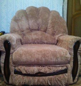 Удобный угловой диван, пуфик, два кресла