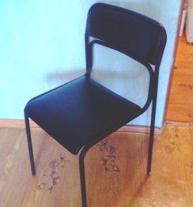 Черный стул.