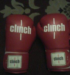 Боксёрские перчатки и боксёрский шлем