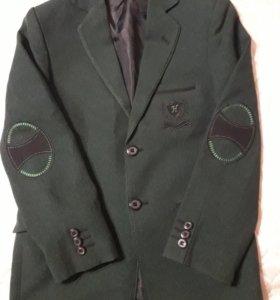 Пиджак зеленый на 8-9 лет