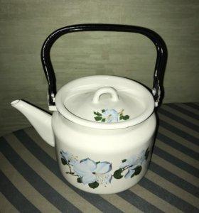 Новый эмалированный чайник и формы для холодца