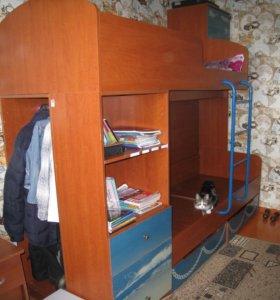 кровать двухярусная встроеные шкафы.