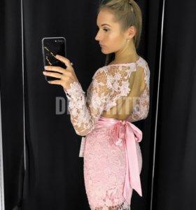 Розовое кружевное платье с открытой спиной