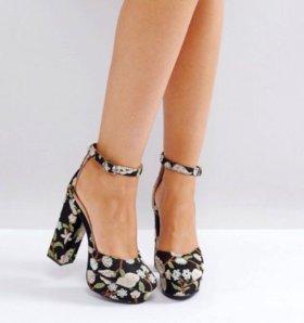 Черные туфли на каблуке с вышивкой Public Desire