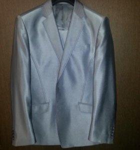 Серебристый мужской костюм