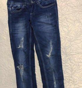 Рваные джинсы bershka 34