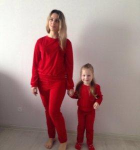 Одинаковые бархатные костюмы для мамы и дочки .