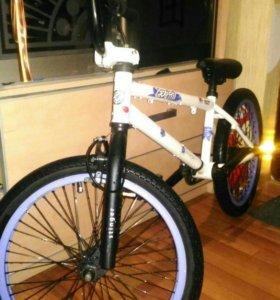 Подаваться отличный трюковой велосипед BMX