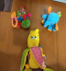 Погремушки и развивающие игрушки.