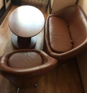 Диван, кресло, стол.