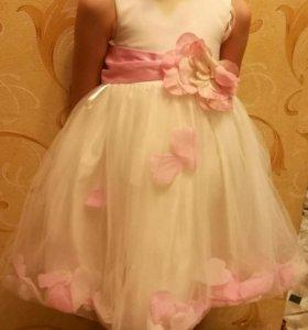 Платье одето пару раз, красивое.