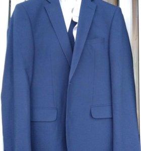 Стильный мужской костюм благородного синего цвета