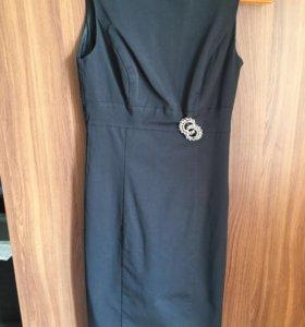 Чёрное платье с брошкой