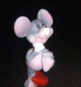 Мышка на сердце с поднятой ногой новый