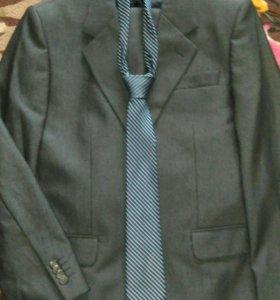 Костюм - Пиджак, брюки и галстук.