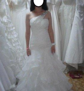 Эффектное свадебное платье со шлейфом