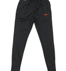 Спортивные штаны Nike.