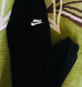 Штаны Nike.