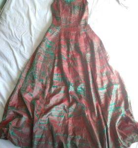 Длинное вечернее платье-хамелеон.