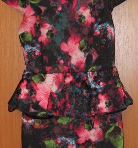 Платье с цветочным принтом и баской