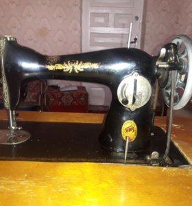 Швейная машинка -Подольск! Отлично шьет.