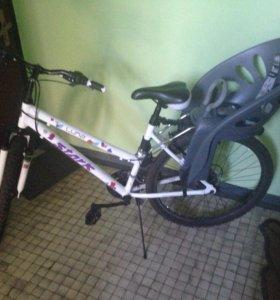 Велосипед и детское велокресло