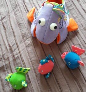 Игрушка кит с рыбками для ванны