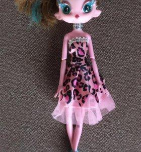 Кукла инопланетянка очень красивая.