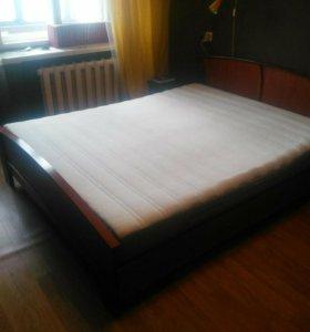 Спальная большая кровать
