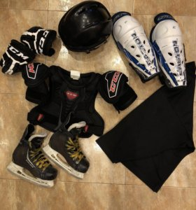 Коньки, краги и шлем для занятий хоккеем
