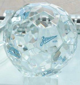 Футбольный мяч из стекла