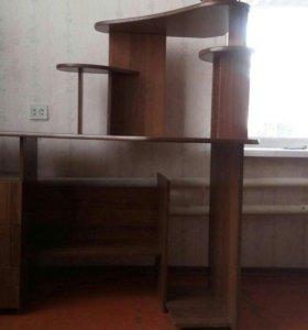 Стол для компьютера и занятий.