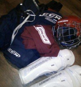 Шлем для хоккея,трусы , наколенники,манишка.