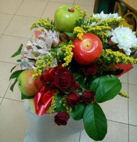 Цветочные букеты с добавлением свежих фруктов.