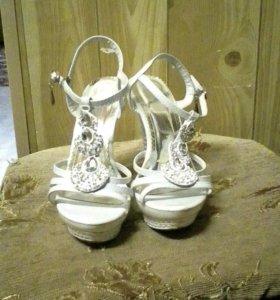 Продам белые свадебные босоножки
