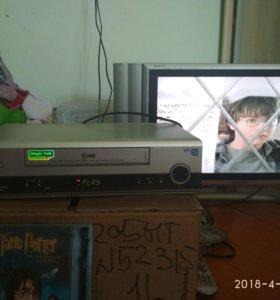 видеомагнитофон + много кассет к нему.