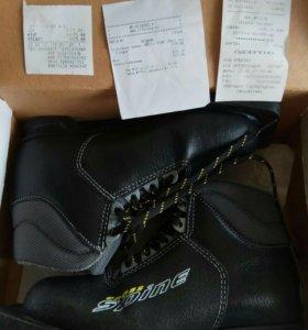 Лыжные ботинки 31; 35; и 39 размера; Лыжи и палки!