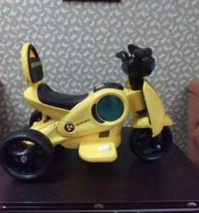 Детский трехколесный автомобиль