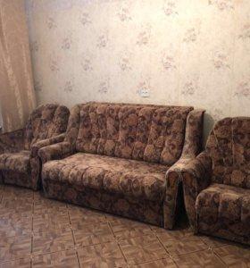 Диван с двумя креслами.