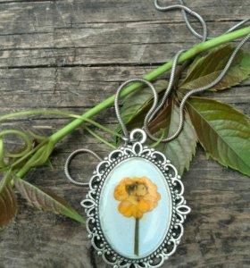 Кулон ручной работы с натуральным цветком