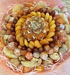 Букет с ананасами сухофруктами и орехами