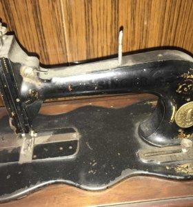 Старинная швейная машинка Singer