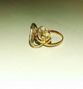 Изящное золотое кольцо в форме сердца.