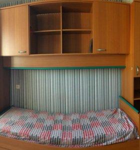 Спальный гарнитур (стенка+кровать+стол)