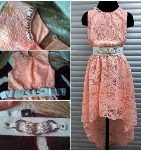 Светло-коралловое кружевное платье