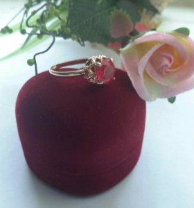 Кольцо с позолотой и искусственным рубином