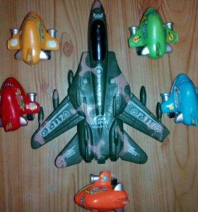 Набор пластмассовых самолетиков.