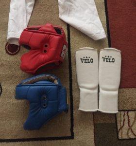 Щитки для каратэ и два шлема