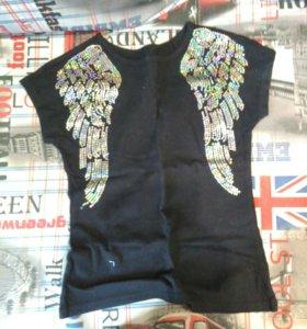 Чёрная футболка с крыльями.