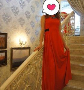 Вечернее платье алого цвета от Kira Plastinina.